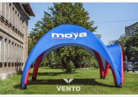 VENTO tent with additional roofing over the entrance.
