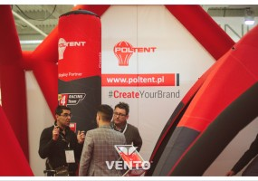 Słupek reklamowy VENTO® jako element stoiska podczas targów branżowych.